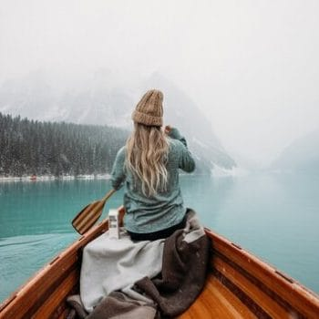 rsz_woman_rowing_a_canoe_in_winter
